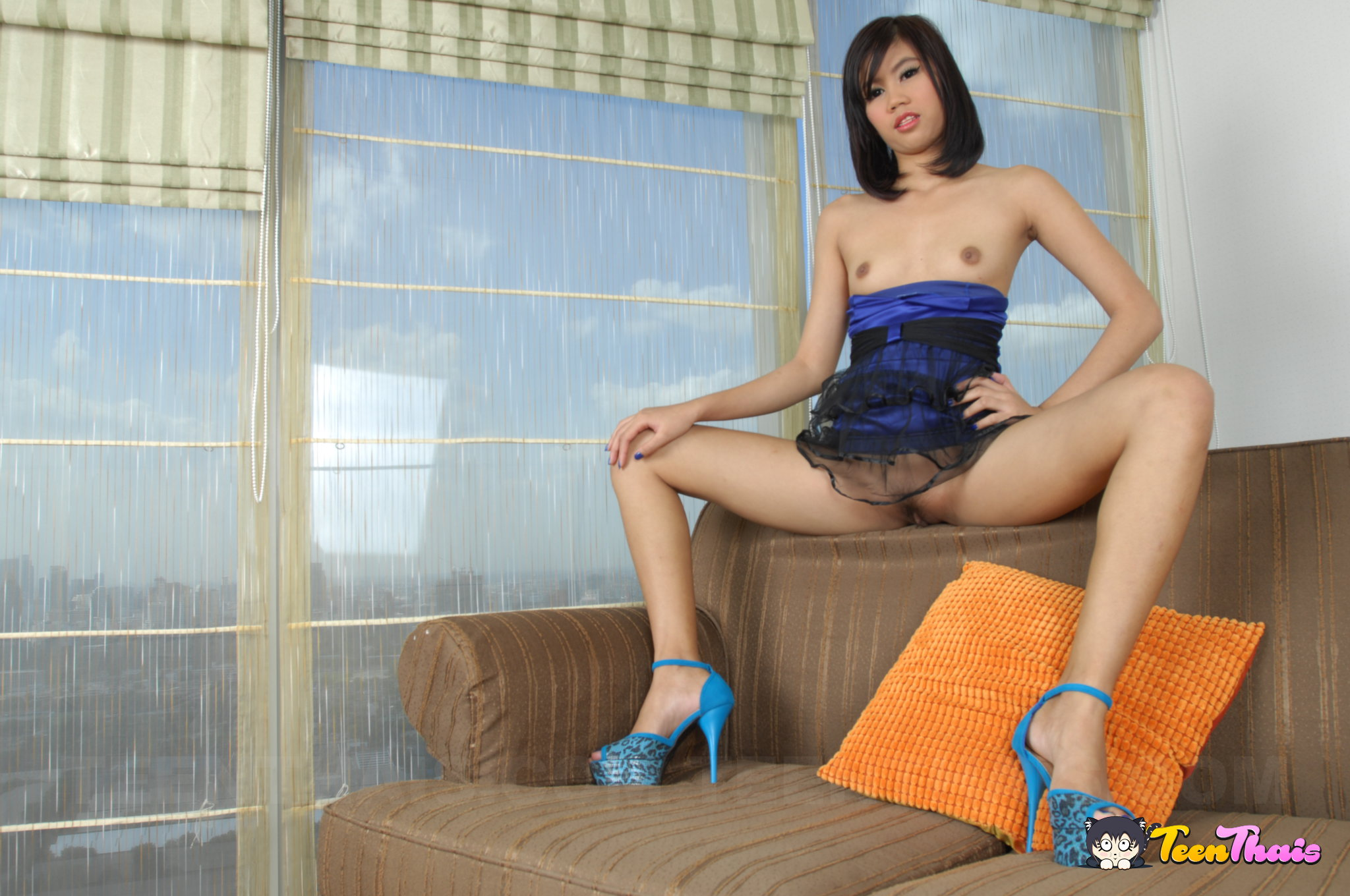 asian brunette in blue heels - asiansex.pics